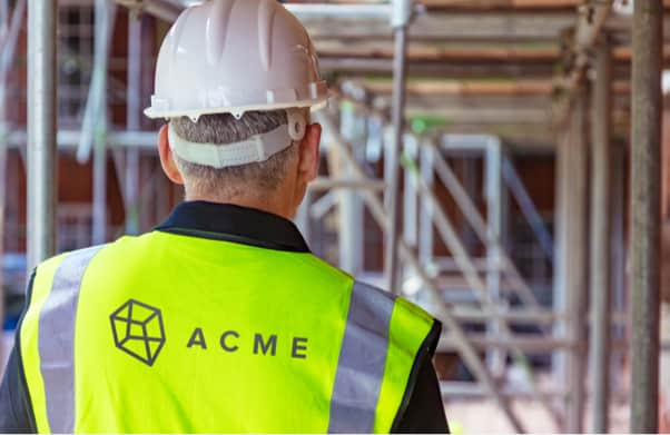 builder in tradesman workwear provided by custom workwear.